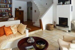 Landhaus-Wohnbereich mit Kamin